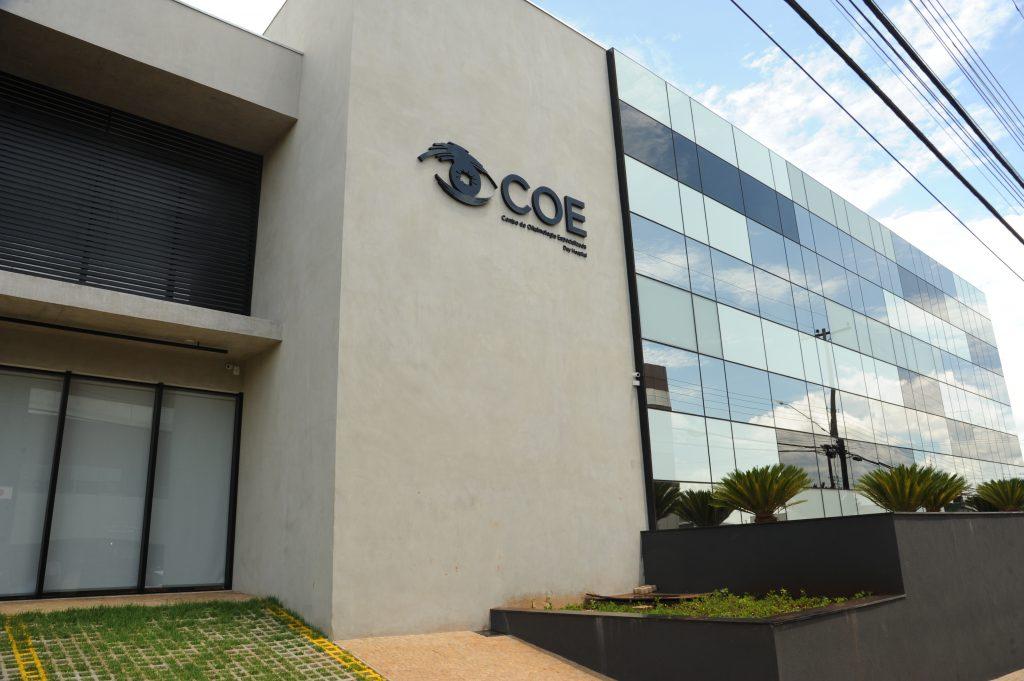 Fachada frontal aproximada da clínica do Centro de Oftalmologia Especializada de Ribeirão Preto.